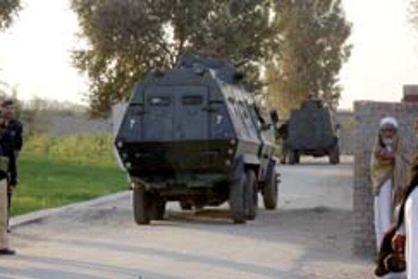 Pakistanskí policajti obkľúčujú školu, v ktorej militanti držia školákov s učiteľmi ako rukojemníkov.