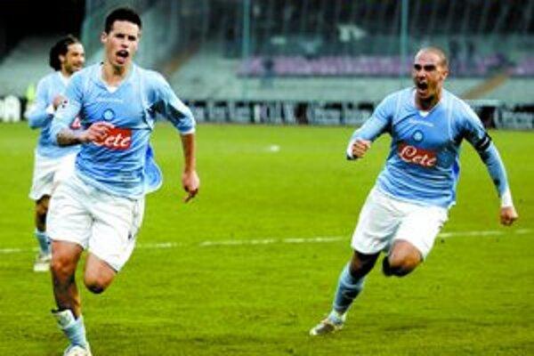 Takto sa radoval Marek Hamšík (vľavo) s kolegom z Neapolu Paolom Cannavarom po góle Laziu Rím. Aj v nedeľu sa tešil z gólu v Cagliari, ale nestačilo to ani na bod.
