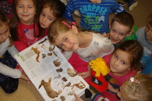 Deti sa pri hre učia po nemecky.