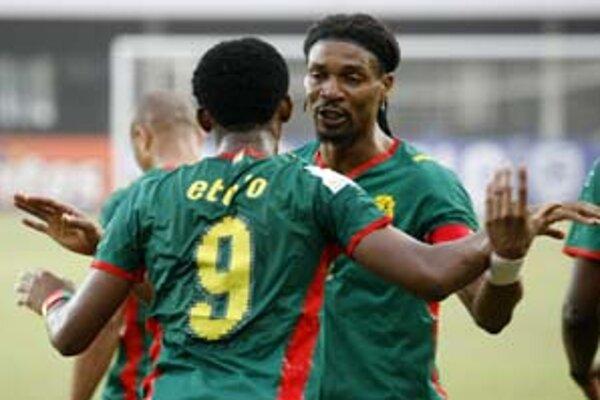Alexandre Song (vpravo) blahoželá Samuelovi Eto'ovi k tretiemu gólu v sieti Sudánu. So 16 gólmi je útočník Barcelony už najlepším strelcom histórie Afrického pohára.