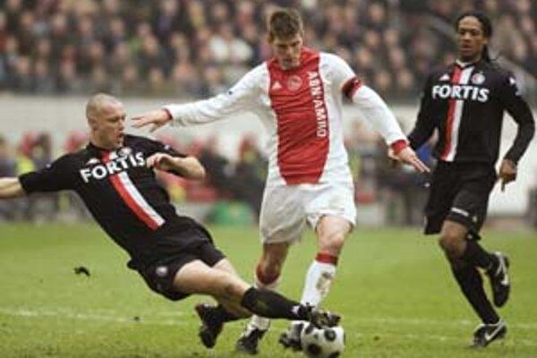Domáci Klaas-Jan Huntelaar (v strede) v súboji s Kevinom Hoflandom. Zo šlágra holandskej ligy Ajax Amsterdam – Feyenoord Rotterdam 3:0.