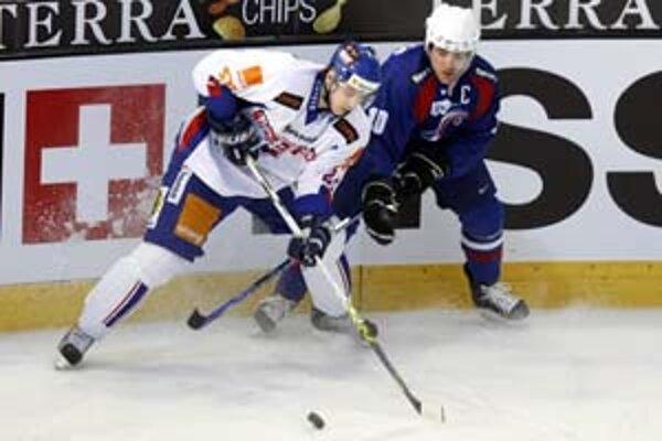 Slovenský obranca Michal Sersen (vľavo) v súboji s Francúzom Laurentom Meunierom. Zo zápasu Slovensko - Francúzsko (3:2) v Lausanne.