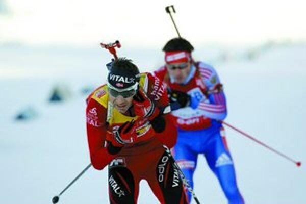 Ole Einar Björndalen (vpredu) si beží po desiaty titul majstra sveta. Za ním je Maxim Čudov, víťaz sobotňajšieho šprintu.