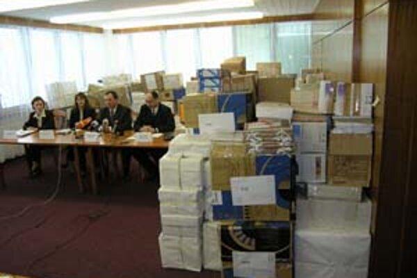 Takto vyzerali eurofondy po starom za ministra Lászlóa Gyurovszkého z SMK. Naraz prišli stovky projektov a komisia vyberala najlepšie. Fotografiu poskytol ako názornú ukážku minister Janušek.