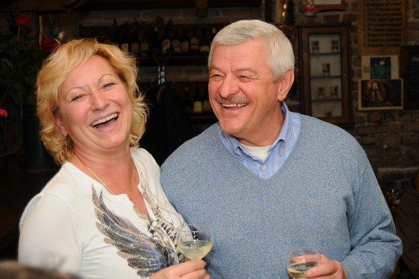 Tibor Mikuš oslavoval víťazstvo so šampanským aj manželkou.