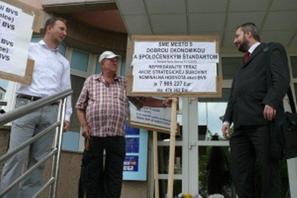 Protest proti predaju senických akcií BVS Skalici v roku 2011.