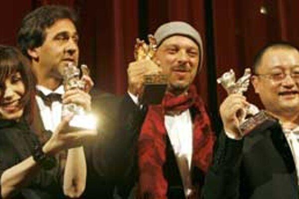 Nečakaní víťazi Berlinale: Sally Hawkins, producent filmu Tropa de elite Marcos Prado, Jose Padilha a Wang Xiaoshui.