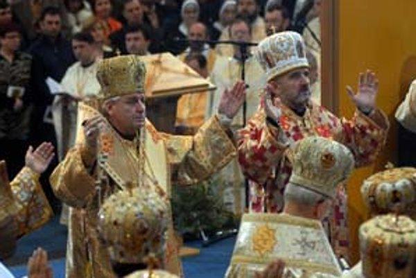 V Prešove bola včera slávnostná archijerejská svätá liturgia pri príležitosti povýšenia Gréckokatolíckej cirkvi na Slovensku na metropoliu a uvedenie do úradu prvého prešovského arcibiskupa a metropolitu Jána Babjaka (vľavo). Vpravo prvý bratislavský epar