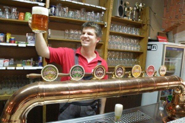 Skúsený sládek David Riška je so svojím pivom spokojný.
