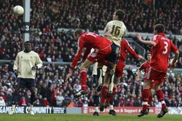 Stephen Foster (č. 16) strieľa vyrovnávajúci gól do siete FC Liverpool. Liverpool podľahol Barnsley 1:2.