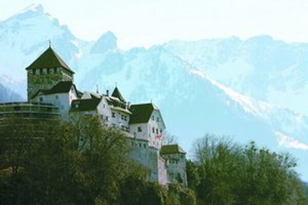Idylka v daňovom raji, hrad vo Vaduze uprostred alpských hôr.