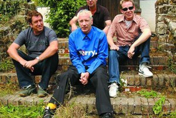 Skupina Sex Pistols pri skúšaní na comebackové turné v roku 2002. Zľava Steve Jones, John Lydon, Glen Matlock a Paul Cook.