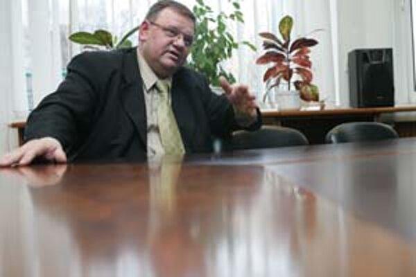 Generálny riaditeľ najväčšej zdravotnej poisťovne Anton Kováčik včera odstúpil z osobných dôvodov.