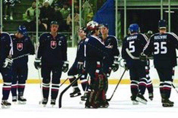Zdrvený slovenský tím po prehre s Kazachstanom 3:4 . Do hlavného turnaja sme nepostúpili.