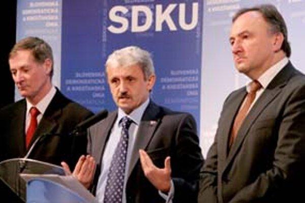Zmeniť predsedu sa po voľbách v opozícii zatiaľ rozhodla len SMK. Pál Csáky sa včera stretol s Mikulášom Dzurindom a Pavlom Hrušovským, ktorí zostali.