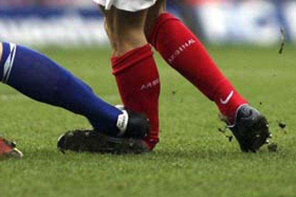 Ako pokrútená v gumovej čižme vyzerá noha nad členkom Eduarda da Silvu po zákroku Martina Taylora z Birmingham City.