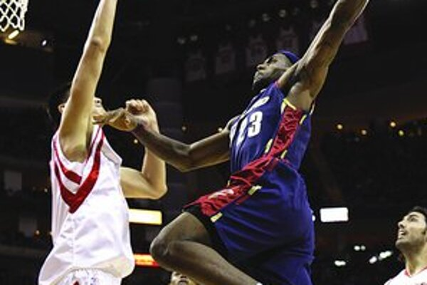 LeBron James (s č. 23 vpravo) z Cleveland Cavaliers strieľa na kôš ponad Číňana Yao Minga z Houston Rocket.