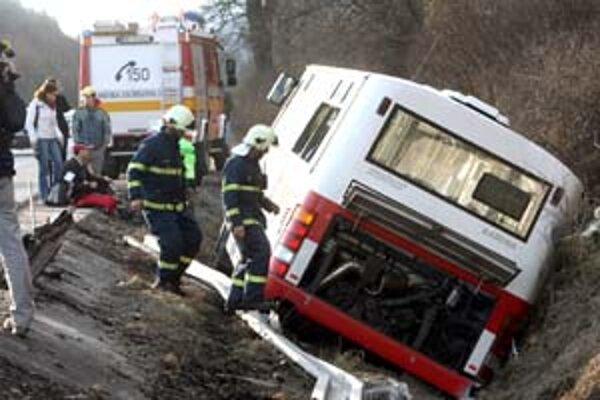 Cestujúcim pomáhali z havarovaného autobusu záchranári.