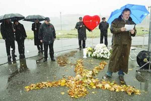 Daniela Tupého pochovali 10. novembra 2005 v Žiline. Na pohrebe študenta, ktorý mal dlhé vlasy, gitaru na chrbte a nestihol páchateľom utiecť, prehovoril aj jeho pedagóg Daniel Hevier.