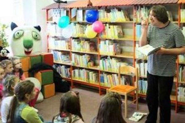 Deti čítali z knižky Neplechy školníčky Agneše od Alžbety Verešpejovej.