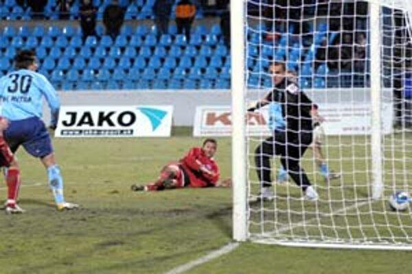 Lopta za chrbtom brankára Daniela Kissa zo Slovanu Bratislava. Zo stretnutia Nitra – Slovan 1:0.