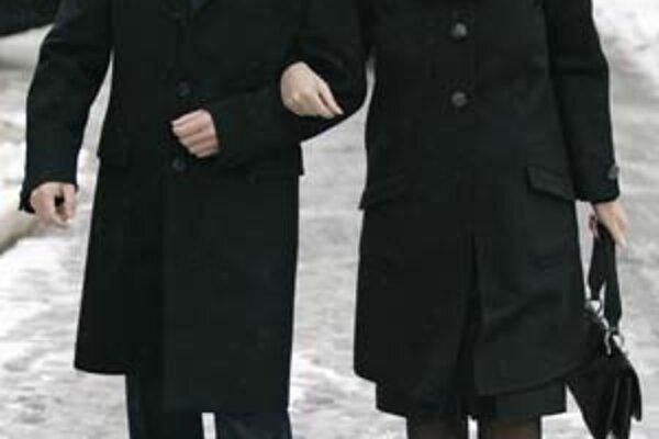 Okrem budúceho ruského prezidenta Dmitrija Medvedeva s manželkou včera povinne odvolili aj vojaci či predavačka v obchode s alkoholom.