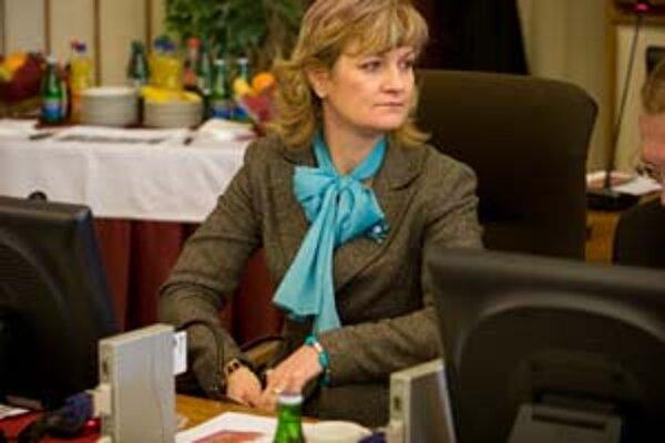 Ministerka Kramplová sa k zodpovednosti HZDS za pozemkový škandál nechcela vyjadriť.