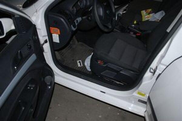 Drogy sa muž snažil previesť v igelitke v osobnom aute.