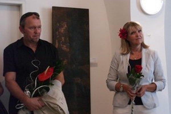 Vystavujúci sochár Milan Flajžík (vľavo) a kurátorka Dana Janáčková (vpravo).