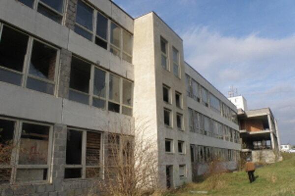 Budova nikdy nedostavanej školy na sídlisku Trávniky v Skalici.
