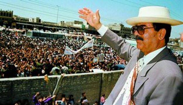 Saddám Husajn  v časoch svojej najväčšej slávy  a pred súdnym tribunálom.