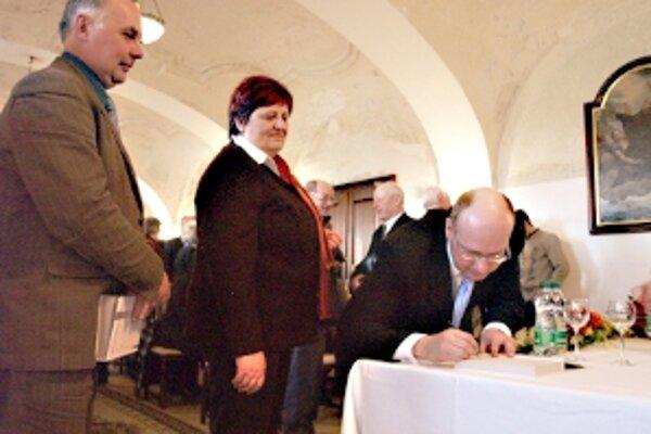 Zľava starostovia Koválova a Smrdák (Pavol Kuba a Emília Pavlíková) počas autogramiády s autorom novej knihy Martinom Hoferkom.