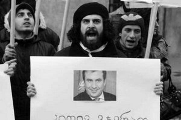 Stúpenci opozície demonštrujú proti Saakašvilimu.