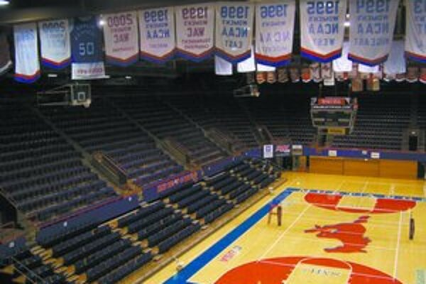 Basketbalová hala v areáli dallaskej univerzity. Cválajúci mustang je emblémom školy.