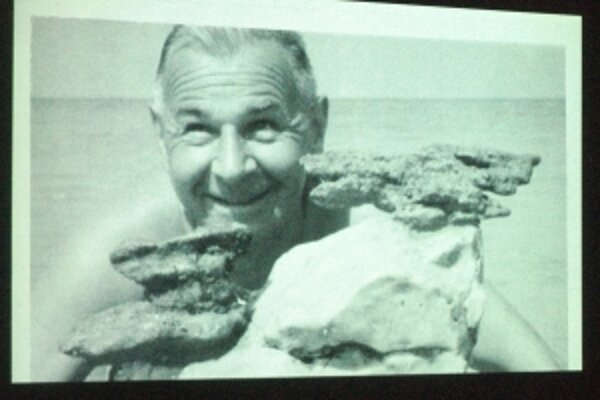Na sympóziu prezentovali aj fotografie z pozostalosti umelca. Na jednej z nich je Jozef Kostka pri mori v Juhoslávii s kameňmi, ktoré ho ako sochára inšpirovali.