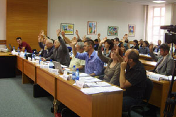 Mestskí poslanci hlasujú proti redukcii v harmonograme Technických služieb.