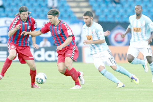 Strelec druhého senického gólu Tomáš Kóňa (druhý zľava) a Akeš Urbánek spolu s bojujú o loptu s Milinkovičom a Guédém (vpravo).
