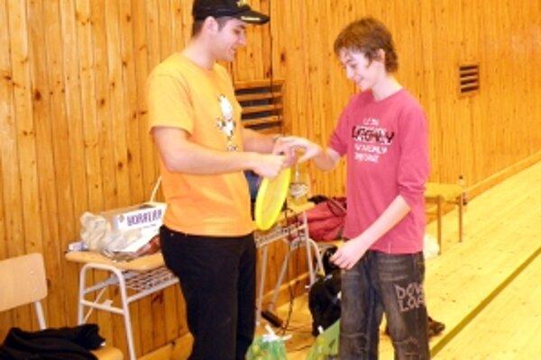 Najlepším začiatočníkom turnaja bol Sendrik Vrana zo Senice. Cenu mu odovzdáva Filip Hyža.