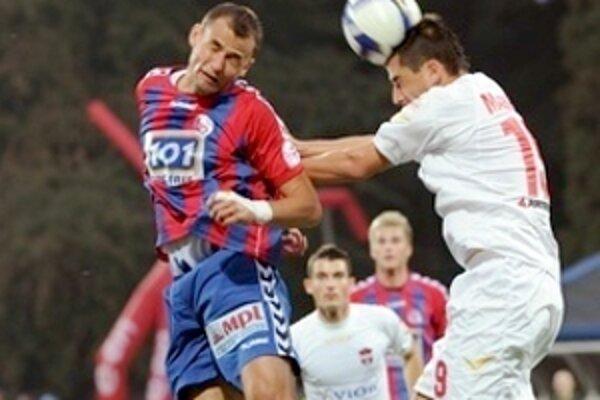 Petr Faldyna (vľavo) v súboji s hráčom ViOn - u Majerníkom.