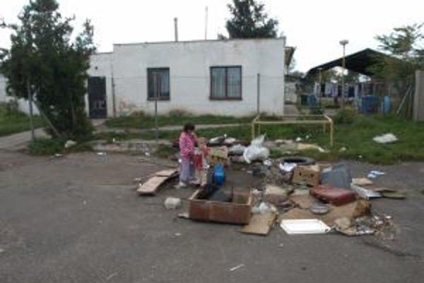 Do ubytovne pre traktoristov nasťahovali neplatičov zo Skalice.