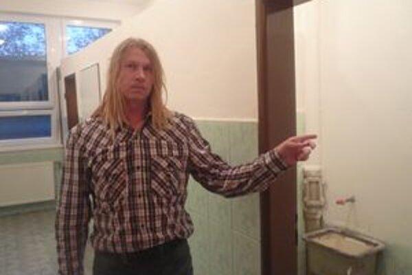 Otec ukazuje na záchod, kde mal údajne týrať svojho syna.
