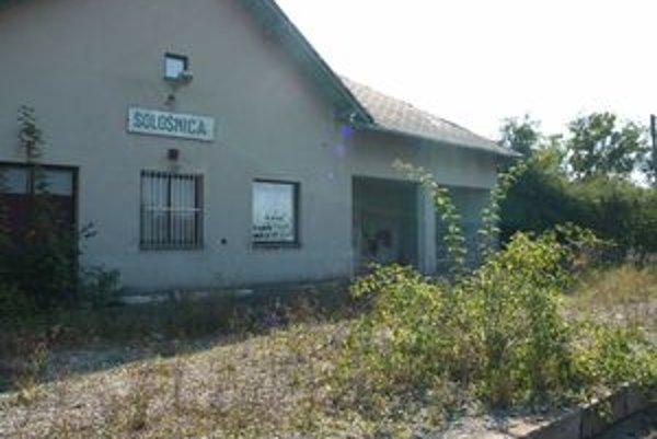 Staničná budova a nástupište v Sološnici sú v dezolátnom stave.