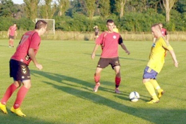 Norbert Hubek (vľavo) a Bruno v súboji s hráčom Bernolákova.