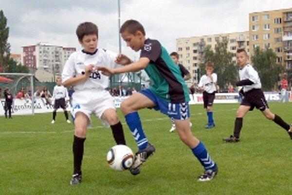 Neľútostne sa bojovalo aj v zápase U 10 medzi domácim FK Senica a Spartakom Myjava (v bielom).
