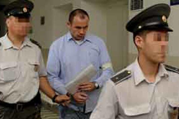 Na snímke obžalovaný Ivan H.  v sprievode justiíčnej polície 24. septembra 2009 v Bratislave.