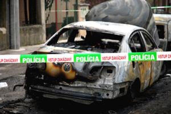 Okrem auta riaditeľa úradu BSK zhorelo aj susedné.