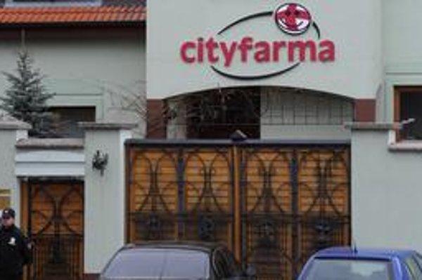 Dôvody zásahu kukláčov v sídle Cityfarmy polícia zatiaľ nezverejnila.