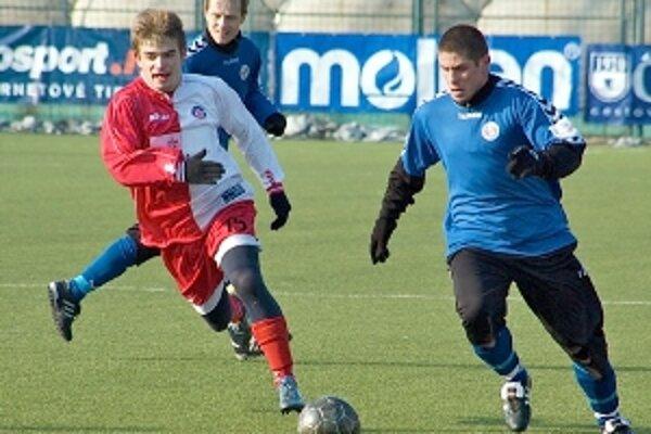 Opora na ľavej strane senickej obrany Tomáš Čáp (s loptou) v súboji s hráčom Trenčína. Za nimi Ivan Belák.