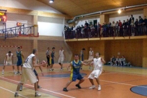 Na basketbalistov Holíča je zvedavých čoraz viac divákov.