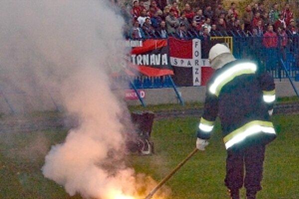 """Za celý zápas sa fanúšikovia Trnavy prezentovali """"iba"""" dvomi svetlicami."""